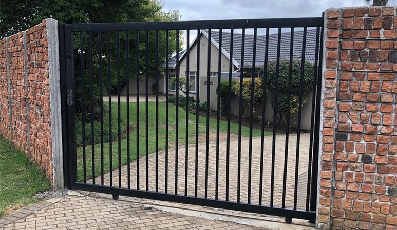 Gate cobble wall